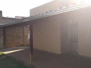 Bela casa estilo colonial, em bairro com fácil acesso à comércios