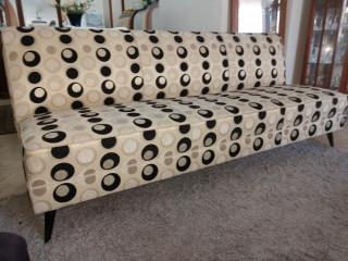 Sofa anos 50 com pés palito