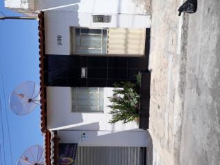 Casa para vender com mini jardim na frente