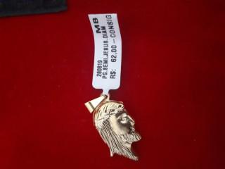 Pingente banhado a ouro com o rosto de jesus