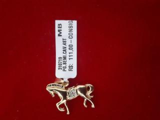 Pingente banhado a ouro com forma de cavalo
