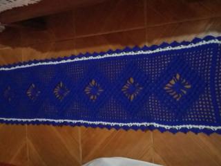 Caminho de mesa feito de crochê