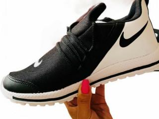 Tênis Nike preto com branco esportivo confortável