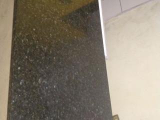pedra de granito preta com detalhes etrelados.