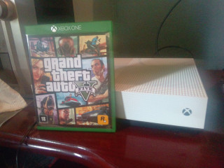 Xbox one s. um mes de uso na caixa